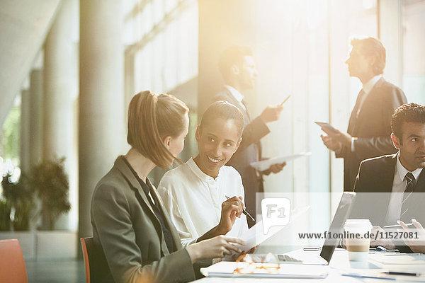 Geschäftsfrauen diskutieren Papierkram in Konferenzraumbesprechung