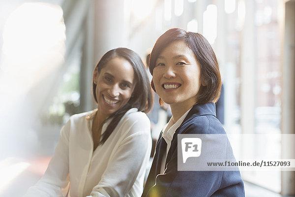 Porträt selbstbewusst lächelnde Geschäftsfrauen