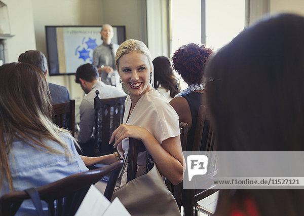 Lächelnde Geschäftsfrauen sprechen in der Business-Konferenz Publikum