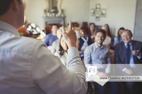 Geschäftsleute im Publikum beobachten Geschäftsmann führende Business-Konferenz