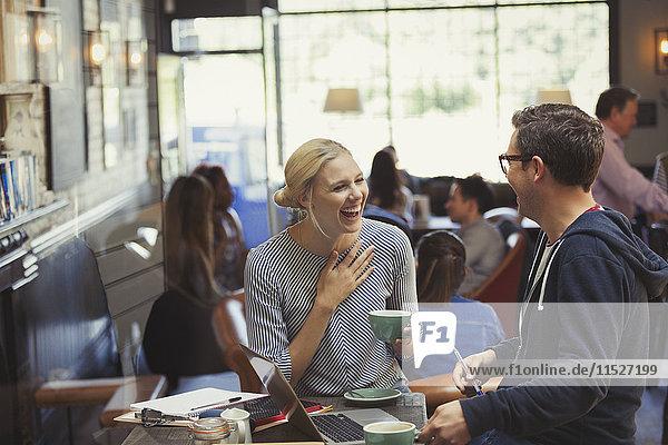 Kreativer Geschäftsmann und Geschäftsfrau beim Kaffeetrinken im Cafe