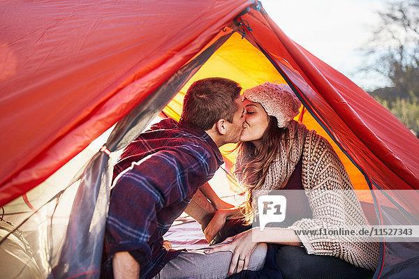 Junges Paar beim Zelten  Küssen im Zelt
