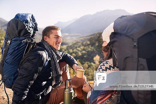 Junges Paar mit Rucksackwanderung  Pause und Kaffeetrinken