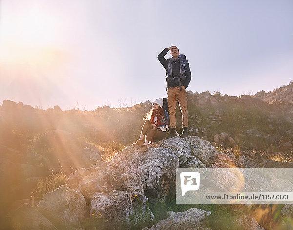 Junges Paar beim Wandern  stehend auf Felsen