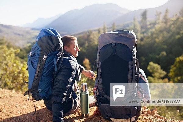 Junges Paar mit Rucksackwanderung  Kaffeepause
