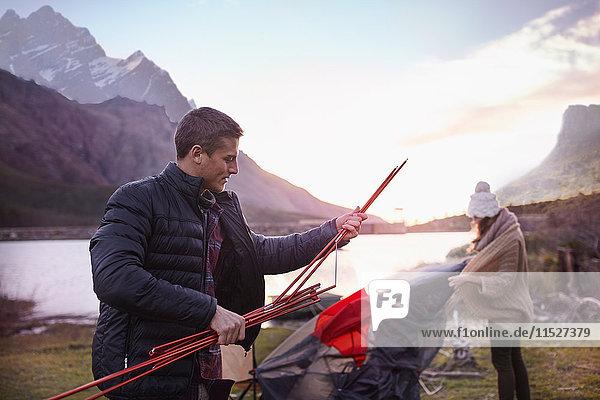 Junges Pärchen auf dem Campingplatz am Bergsee