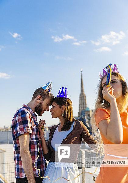 Österreich  Wien  Jugend feiert auf der Dachterrasse