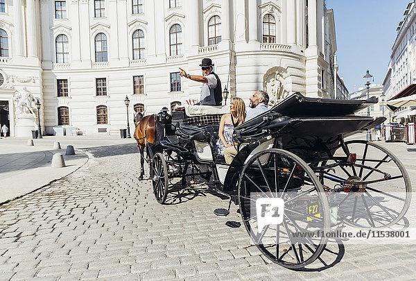 Österreich  Wien  Touristen auf Sightseeing-Tour im Fiaker