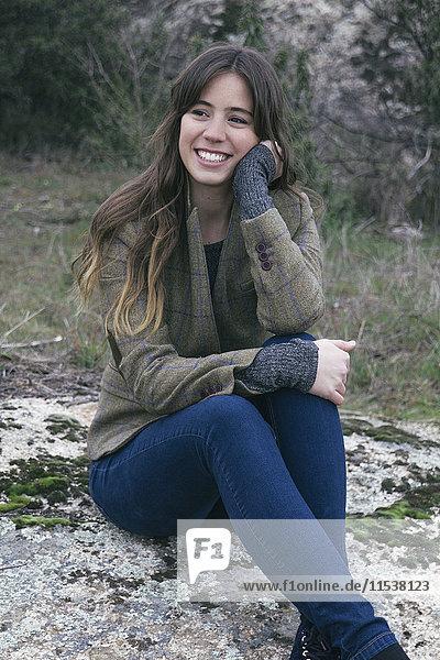Porträt einer lächelnden jungen Frau in der Natur