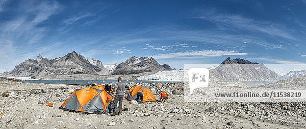 Grönland  Kulusuk  Bergsteiger im Zeltlager der Schweizerland Alpen