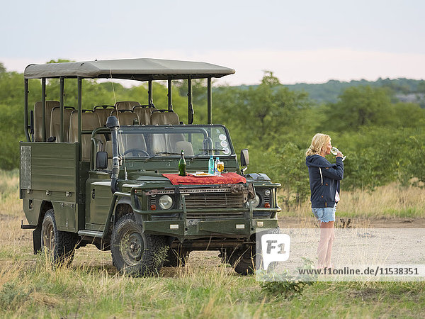 Namibia  Outjo  touristisches Trinkglas Champagner im Ongava Wild Reservat