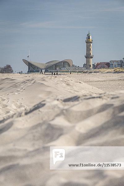 Deutschland  Warnemünde  Strand  Leuchtturm und Teepott im Hintergrund