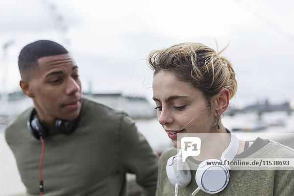 Junges Paar mit Kopfhörer im Freien