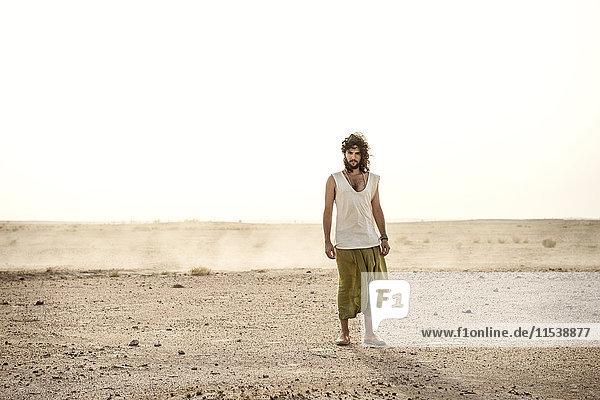 Allein in der Wüste stehender Mann
