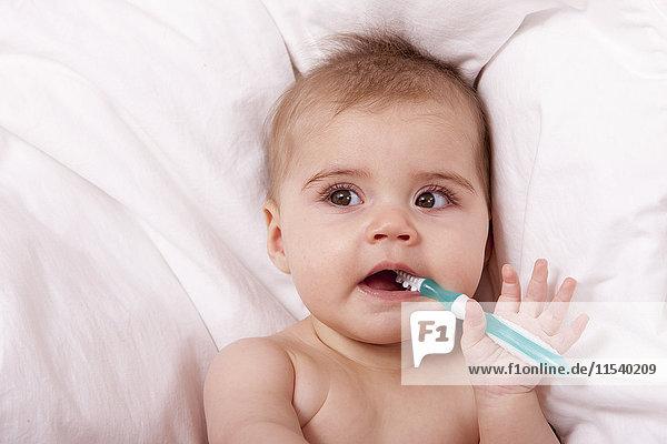 Portrait des Mädchens beim Zähneputzen