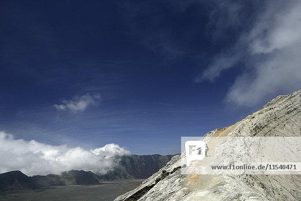 Indonesien  Java  Reisende wandern auf dem Kraterrand des Mount Bromo
