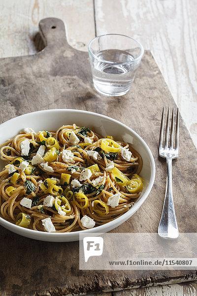Dinkel-Vollkorn-Spaghetti mit Schafskäse und Chilischoten