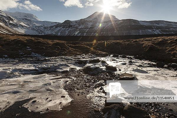 Island  Snaefellsnes  Wasser mit Schollen im Gegenlicht