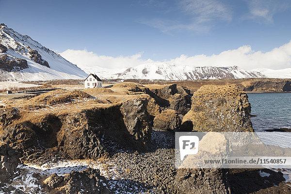 Island  Snaefells  Blick auf Haus in Küstennähe