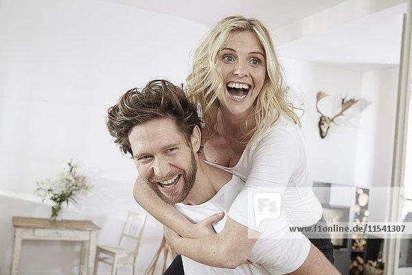 Porträt eines glücklichen Paares mit Spaß zu Hause