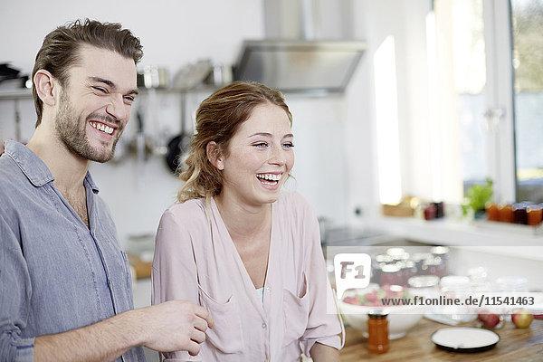 Glückliches Paar in der Küche