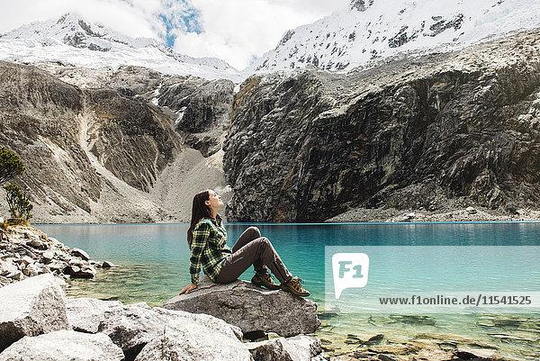 Peru  Huaraz  Huascaran Nationalpark  Frau entspannt nach einem Trekking auf der Lagune  Laguna 69