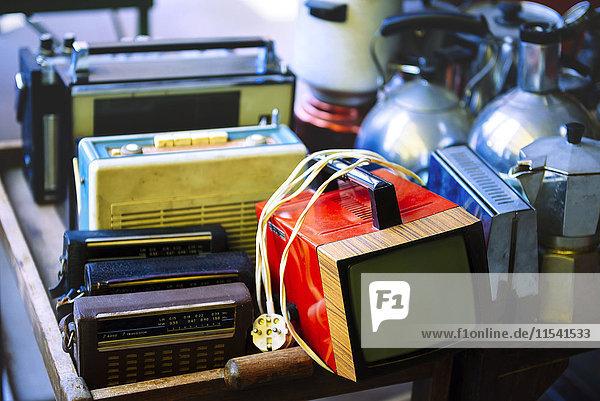 Ungarn  Budapest  Alte Radios und Fernseher zu verkaufen in Ecseri Piac Flohmarkt Ungarn, Budapest, Alte Radios und Fernseher zu verkaufen in Ecseri Piac Flohmarkt