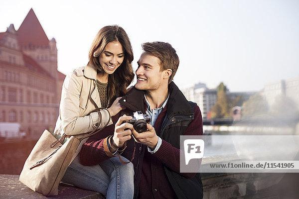 Deutschland  Berlin  junges Paar beim Blick auf das Spreeufer