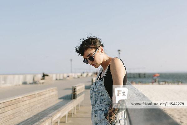 USA  New York  Coney Island  junge Frau entspannt an der Strandpromenade