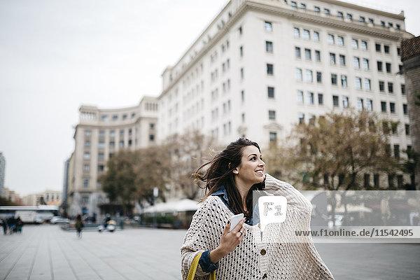 Spanien  Barcelona  glückliche junge Frau in der Stadt