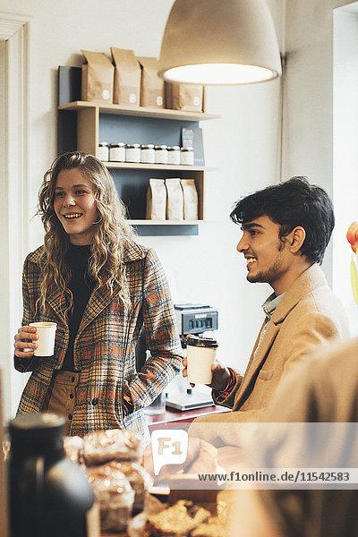 Treffen der Freunde im Cafe