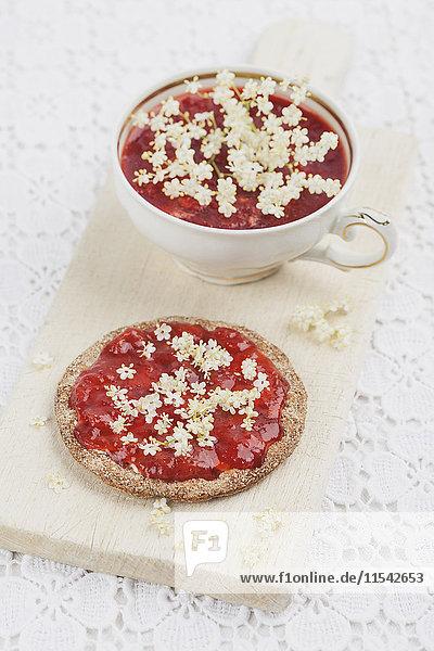 Knäckebrot mit hausgemachten Erdbeermarmelade Holunderblüten
