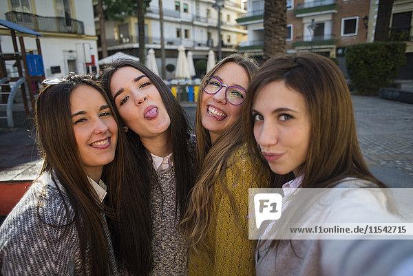Vier junge Frauen  die einen Selfie nehmen.