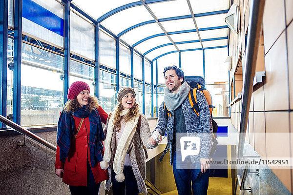 Drei glückliche Freunde am Bahnhof