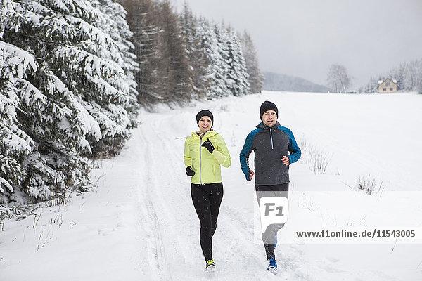 Paar beim Langlaufen im Winter