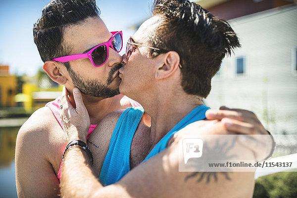 Küssendes schwules Paar