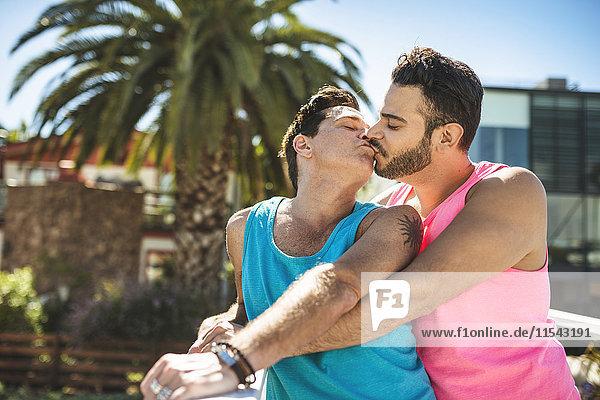 Los Angeles  küssendes schwules Paar