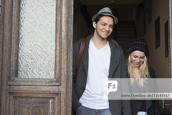 Verliebtes Paar verlässt das Haus