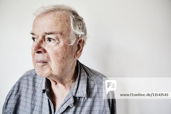 Porträt eines älteren Mannes im Pyjama
