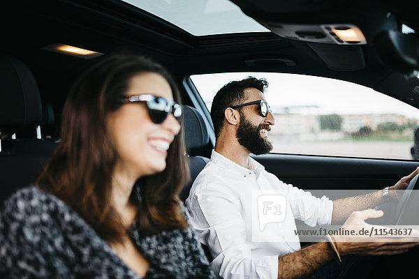 Junges Paar beim Autofahren