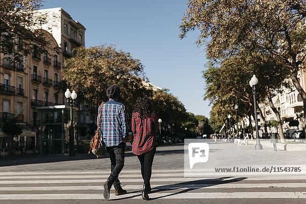 Spanien  Tarragona  junges Paar zu Fuß in der Stadt