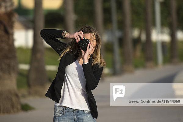 Spanien  Puerto Real  Frau beim Fotografieren des Zuschauers