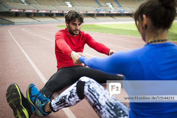 Athleten trainieren für Rennen im Stadion