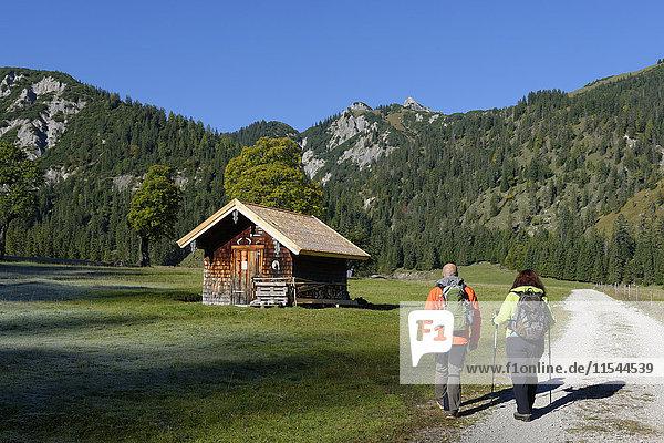 Österreich  Tirol  Karwendel  Wanderer im Rohnertal