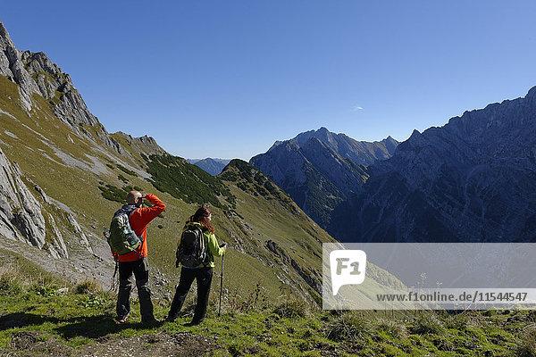 Österreich  Tirol  Karwendel  Wanderer mit Blick auf die Torscharte