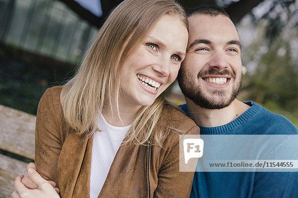 Portrait eines glücklichen jungen Paares von Kopf bis Fuß