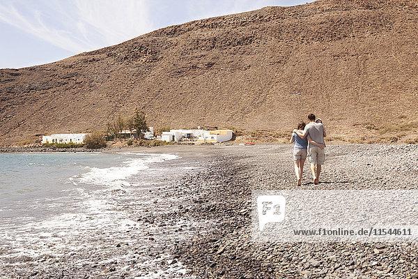 Spanien  Fuerteventura  Paar mit Babyspaziergang am Strand