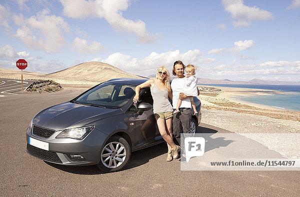 Spanien  Fuerteventura  Jandia  Familie mit Auto an der Küste