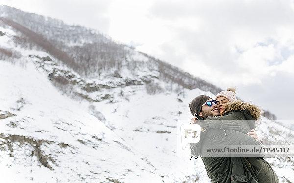 Spanien  Asturien  Paare umarmen sich in den verschneiten Bergen