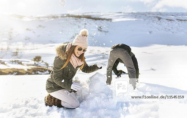 Spanien  Asturien  Paar beim Spielen im Schnee